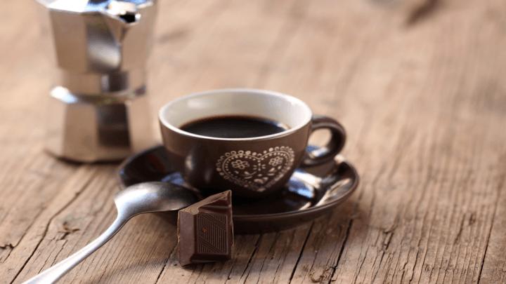 Se una donna preferisce il caffè amaro e la cioccolata è un segnale d'invecchiamento